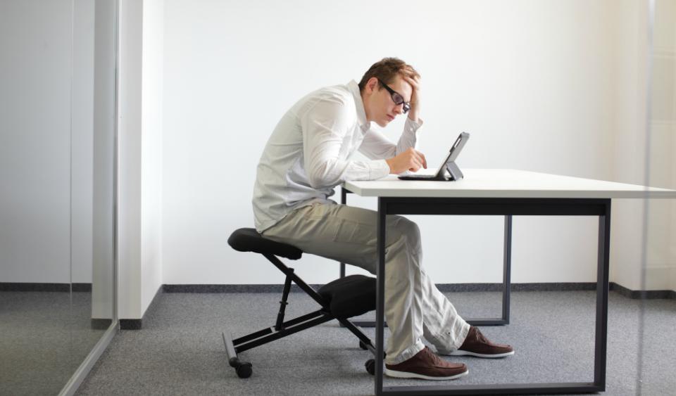 Man-Slouching-Desk-Bad-Ergonomics